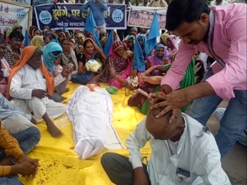 Barwani News : बड़वानी में डूब प्रभावितों का प्रदर्शन, करवाया मुंडन