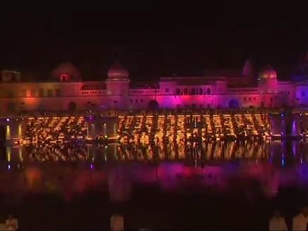 अयोध्या की भव्य दिवाली, सरयू नदी के किनारे जगमगाए 3 लाख दीये