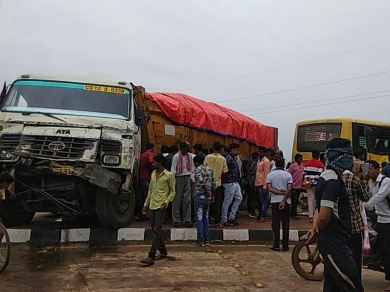 VIDEO : जांजगीर में ट्रेलर ने स्कूल बस को मारी टक्कर, कई बच्चे घायल
