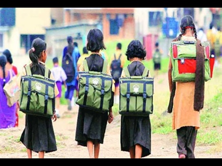 शिक्षा विभाग में प्रमुख पदों पर महिलाएं, फिर भी स्कूल जाने में छात्राएं पीछे