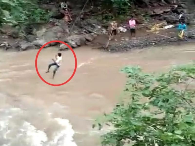 बड़वानी जिले में जान जोखिम में डालकर नदी पार कर रहे चार गांव के लोग