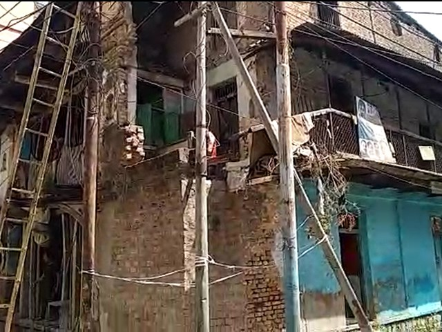VIDEO: इंदौर के रावजी बाजार क्षेत्र में जर्जर मकान हटाने पर हंगामा