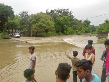 शाजापुर जिले में पुलिया पर डेढ़ फीट पानी, जान जोखिम में डालकर गुजरे वाहन