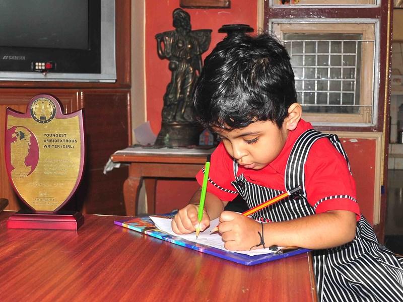 तीन साल की शंजन... दोनों हाथों से एक साथ लिखने में माहिर, 195 देशों की राजधानी याद