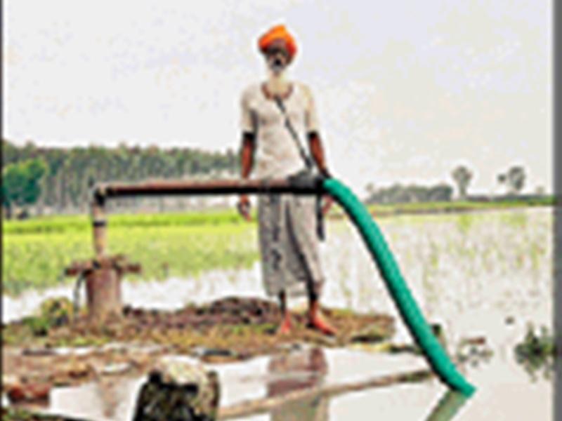 जिस बोरवेल से खींचा उसी से धरती को वापस लौटा रहे बारिश का पानी, पढ़िए पानी बचाने की कहानी