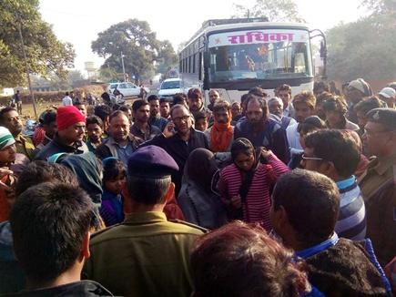 दो दिन से भूखी 90 छात्राओं ने किया ट्रैफिक जाम