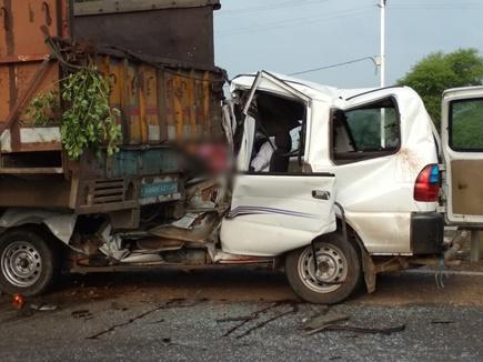 शिवपुरी के बदरवास में खड़े ट्रक से टकराई कार, चार की मौत