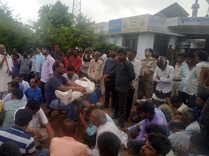 शिवपुरी में मोबाइल पर बात करते अधिकारी ने ग्रामीण पर चढ़ाई जीप, मौत, देखें वीडियो