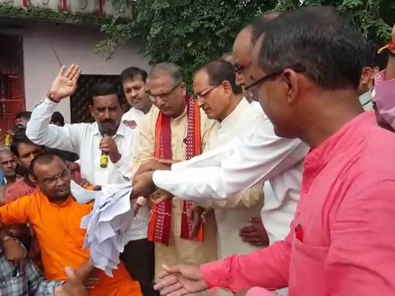 VIDEO : मंदसौर में शिवराज सिंह ने जलाए बाढ़ पीड़ितों के बिजली बिल