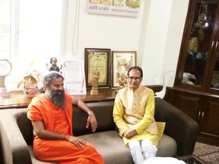 हरिद्वार पहुंचे CM शिवराज ने बाबा रामदेव से की मुलाकात