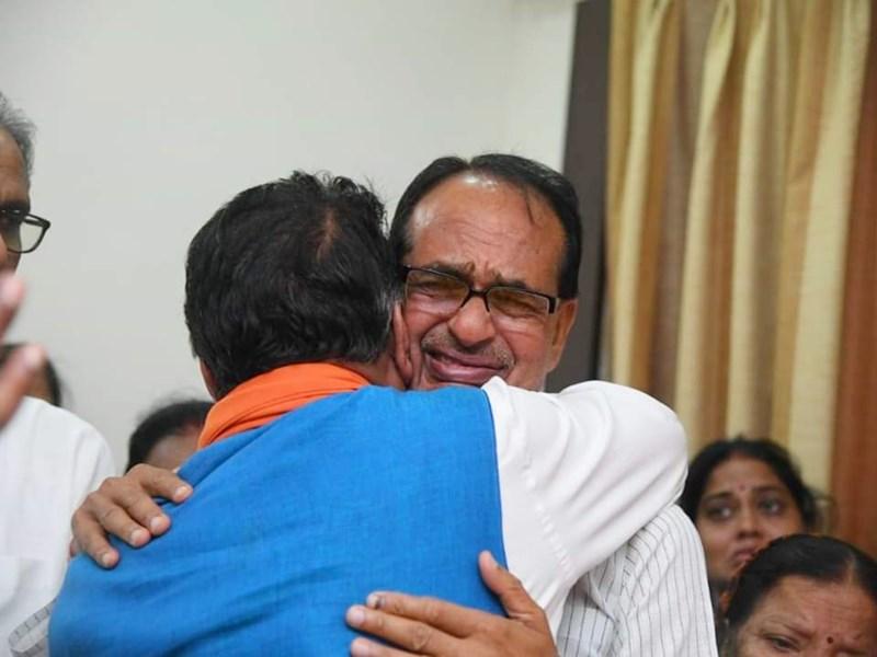 Madhya Pradesh : पिता के निधन पर कैलाश विजयवर्गीय को गले लगा भावुक हो गए शिवराज