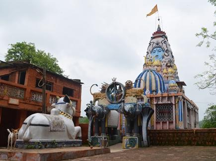 भोलेनाथ का ऐसा मंदिर जिसके गुंबद पर बने हैं श्रीराम और रावण