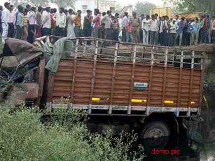 MP : सीधी जिले में पुल से गिरा मिनी ट्रक, 20 की मौत