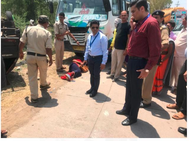 Sidhi Collector ने पेश की इंसानियत की मिसाल, घायल को अपनी गाड़ी से पहुंचाया अस्पताल