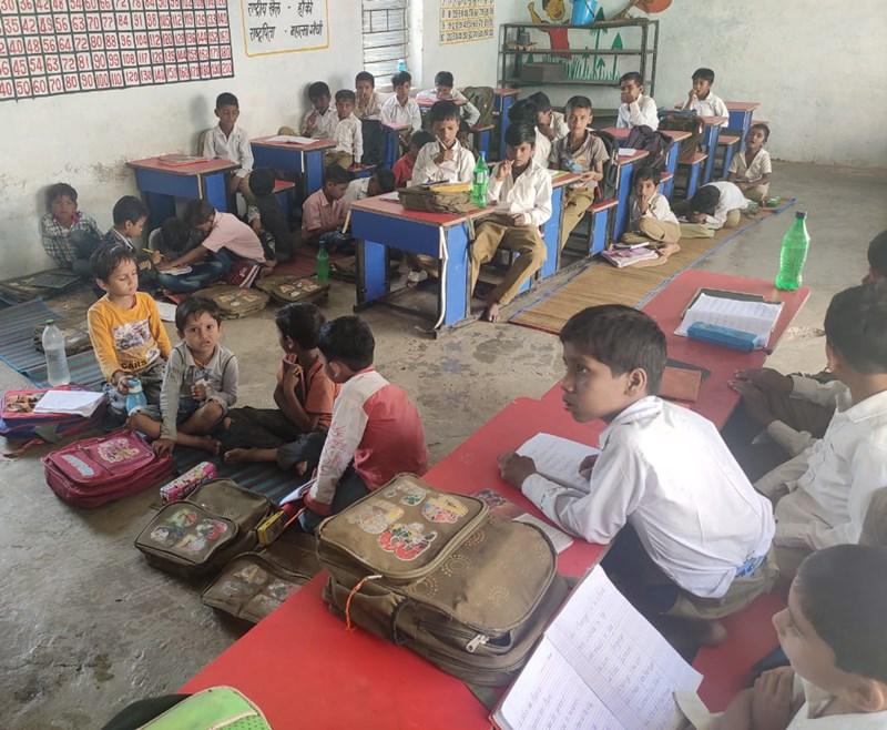 Government School : एक कमरे में तीन कक्षाएं, बोर्ड पर लिखा हायर सेकंडरी स्कूल में अटैच है शिक्षिका