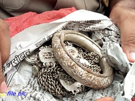 चेकिंग के दौरान कार में मिले 243 किलो चांदी के जेवर, आयकर अधिकारी कर रहे पूछताछ