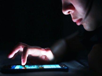 स्मार्टफोन की नीली रोशनी से दृष्टिहीनता का खतरा