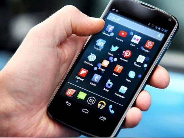 लंबी उम्र चाहिए, तो अपने स्मार्टफोन से बना लें दूरी