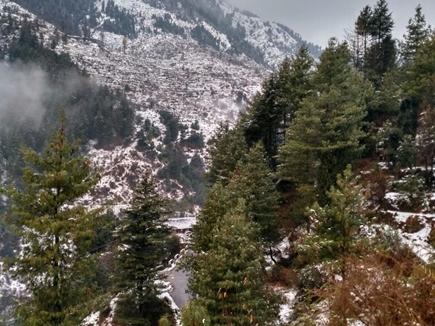 पहाड़ों में गिरी बर्फ, खूबसूरत हुई वादियों का देखे