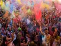 स्पेन की होली में रंगों में सराबोर हुए विदेशी