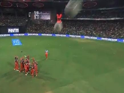 VIDEO : जब हवा में उछली गेंद सीधे स्पाइडर कैमरा पर लगी, फिर हुआ ऐसा