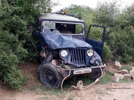 वन हमले की जीप में मारी टक्कर, ड्रायवर का गला घोंटने का प्रयास