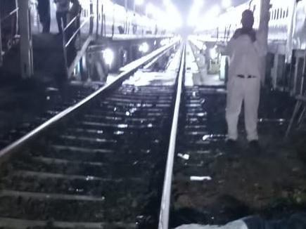 रेल अधिकारी ने सजा दी, दुखी होकर इंजन के सामने कूदकर दी जान