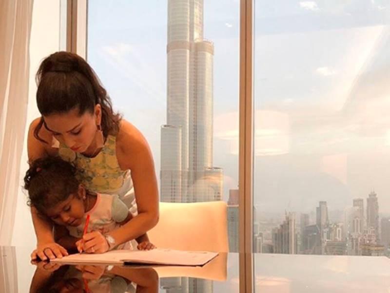 Sunny Leone ने Nisha को करवाया होमवर्क, छुट्टियों में भी जारी है बेटी की पढ़ाई