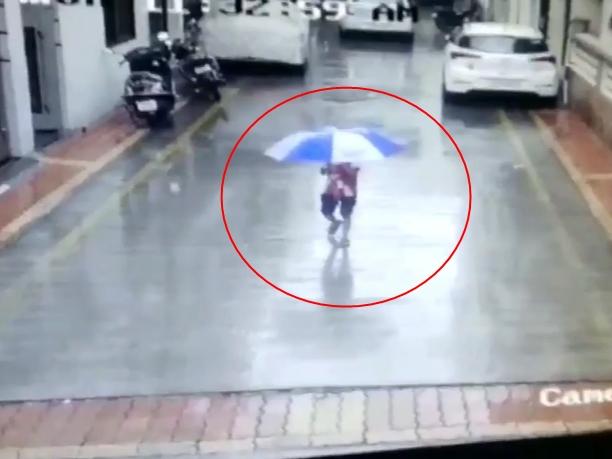 Surat: बच्चे के ऊपर से गुजरी कार, खरोंच तक नहीं आई