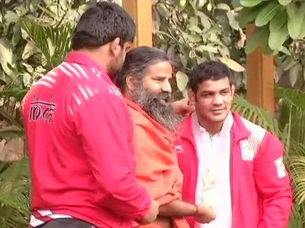 स्वदेश लौटते ही बाबा रामदेव से मिले सुशील कुमार और सुमित