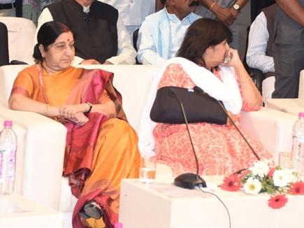 विदिशा में मंच पर ही दिखे सुषमा स्वराज और विजयलक्ष्मी साधौ के बीच मतभेद