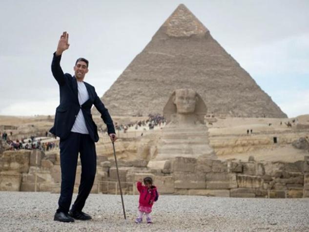 दुनिया का सबसे लंबा आदमी और सबसे छोटी महिला जब साथ घूमने निकले