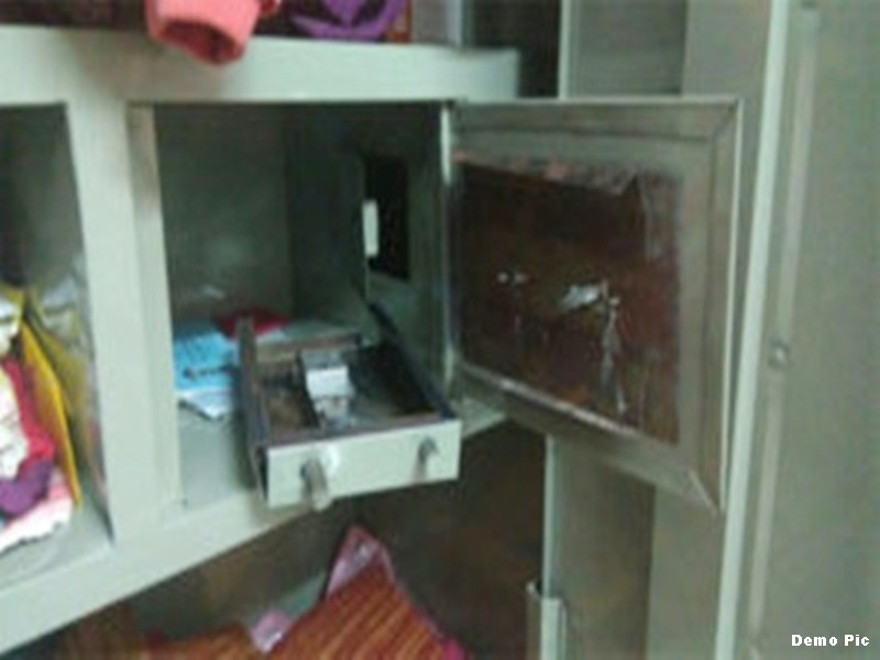 घर से अलमारी ही उठा ले गए चोर, 25 तोला सोना और पांच लाख रुपए उड़ाए