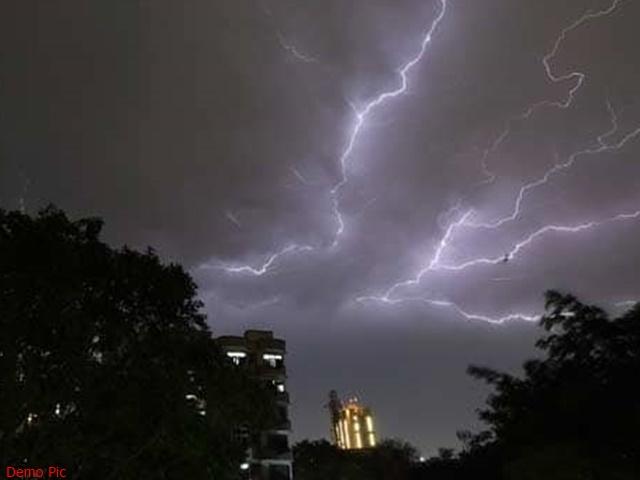 Gujrat Weather : गुजरात में धूल भरी आंधी के बाद तेज बारिश, बिजली गिरने से 4 की मौत