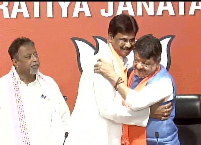 ममता को फिर झटका, कांग्रेस प्रवक्ता प्रसनजीत सहित TMC के 12 पार्षदों ने BJP ज्वाइन की
