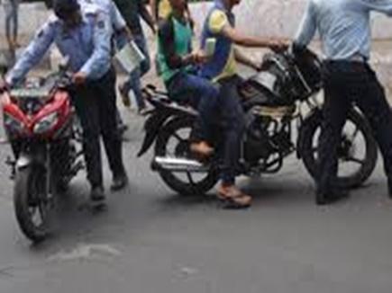 चेकिंग में पुलिस ने बाइक पकड़ी, रुपए लेकर लौटा बाइक सवार तो गाड़ी हो चुकी थी चोरी