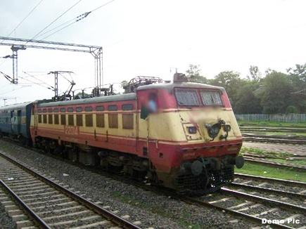 खुले रहे रेलवे क्रासिंग के गेट, ट्रैक्टर के पास से निकल गई ट्रेन