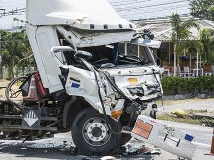 ट्रक ने बारातियों से भरी गाड़ी को मारी टक्कर, 4 की मौत 10 घायल
