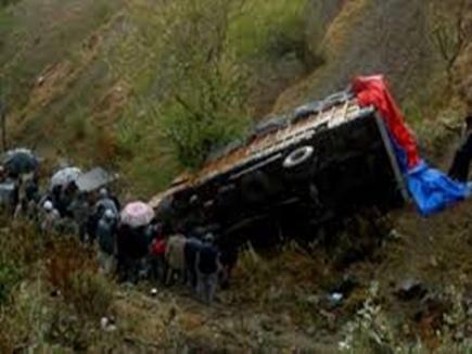 राजनांदगांव के पास खाई में गिरा गिट्टी से भरा ट्रक, तीन लोगों की मौत