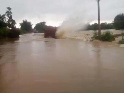 VIDEO: देखते ही देखते इस तरह बह गया नदी में ट्रक, रेस्क्यू कर बचाई 3 लोगों की जान