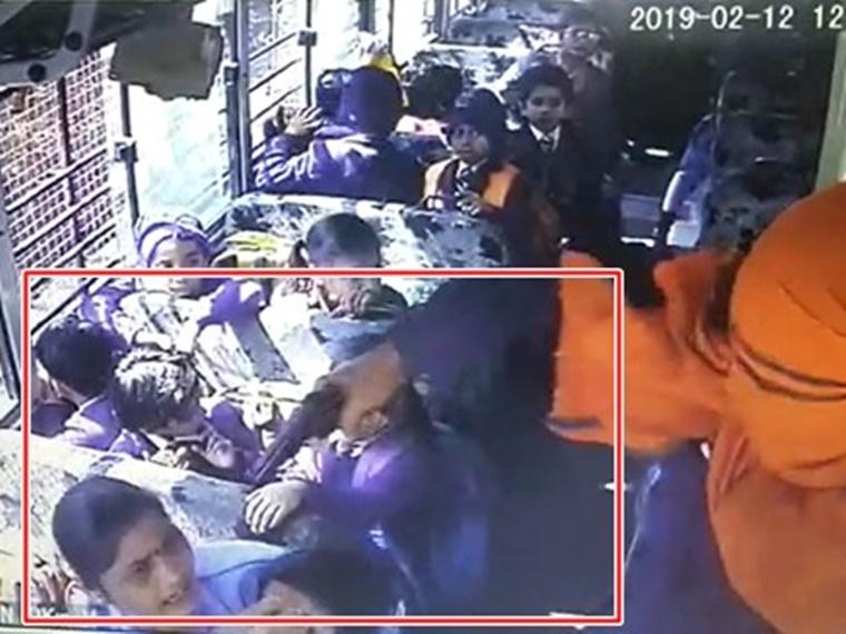 MP में पिस्टल की नोंक पर ऐसे बच्चों को किडनैप कर ले गए बदमाश, देखें वीडियो