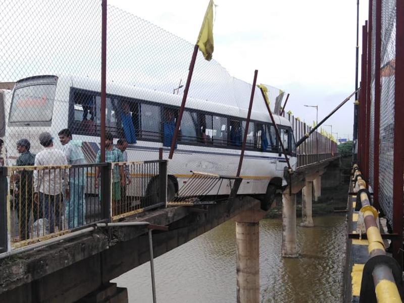 उज्जैन में बस रैलिंग तोड़ त्रिवेणी पुल पर लटकी, 60 यात्री बाल-बाल बचे