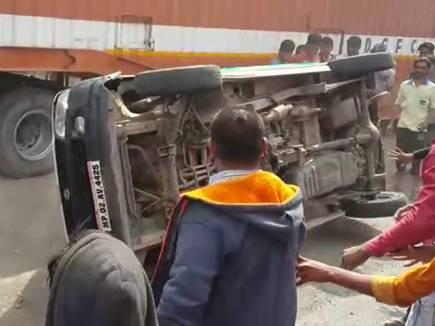 VIDEO : घट्टिया में कार ने दो बाइक को मारी टक्कर, 2 की मौत