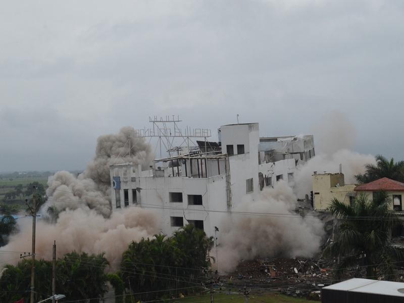 VIDEO : धमाका होते ही उज्जैन में होटल की बिल्डिंग ताश के पत्तों की तरह गिर गई