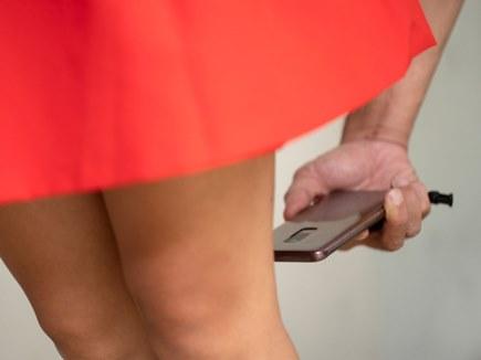 इस देश में बना कानून, स्कर्ट पहने महिला की आपत्तिजनक तस्वीर लेना अपराध