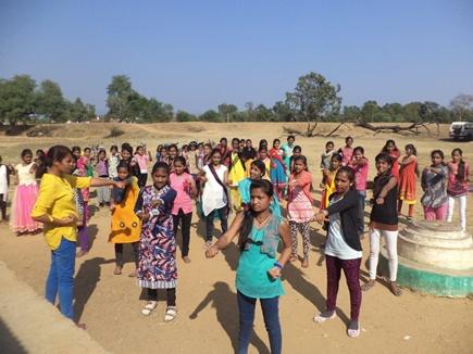 जहां नक्सलियों का खौफ, वहां आदिवासी बच्चियों को सिखाती हैं कराते