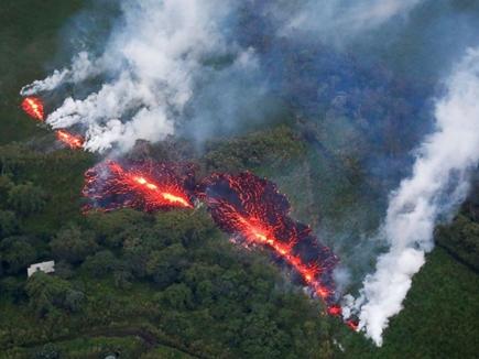 सबसे बड़े ज्वालामुखी में हुआ विस्फोट, 30 हजार फीट तक उछला लावा