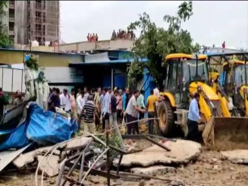 अहमदाबाद में गिरी पानी की टंकी, 2 की मौत, कईं मलबे में अब भी दबे