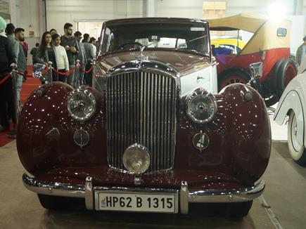 Auto Expo: लोग हुए विंटेज के दीवाने, लग्जरी कारों के लिए हुई धक्का-मुक्की