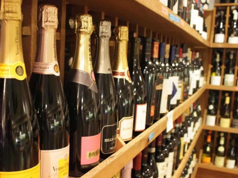 Raipur : शराब दुकानों पर छापा, अधिक कीमत पर बेचते पाए गए दो कर्मचारी बर्खास्त